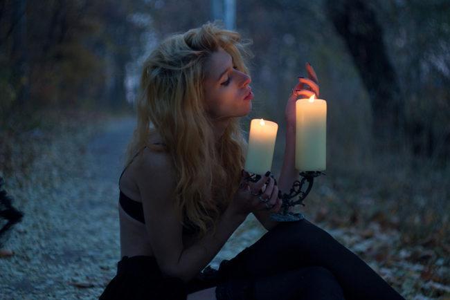 Девушка при свечке