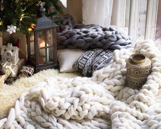 теплый плед под елкой