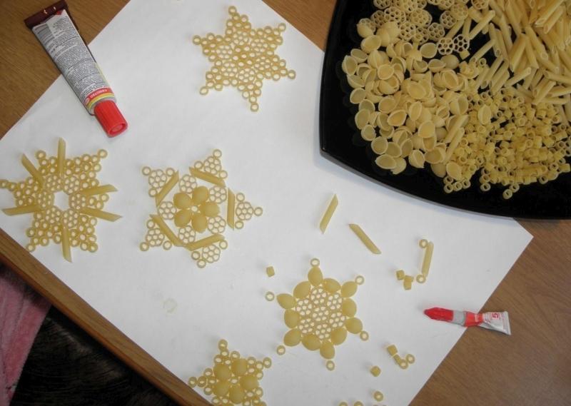 как сделать снежинки из макарон