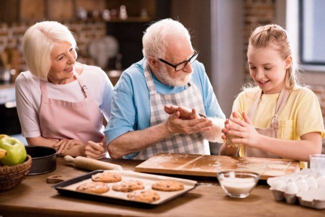 Бабуля и внуки делают выпечку