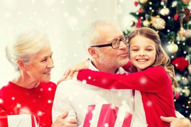 Внуки с новогодним подарком