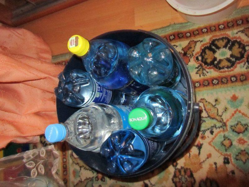 С помощью бутылок с водой