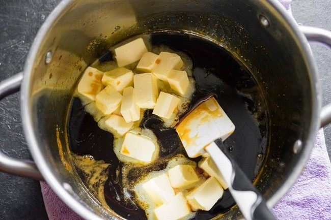 Добавляем масло в карамель