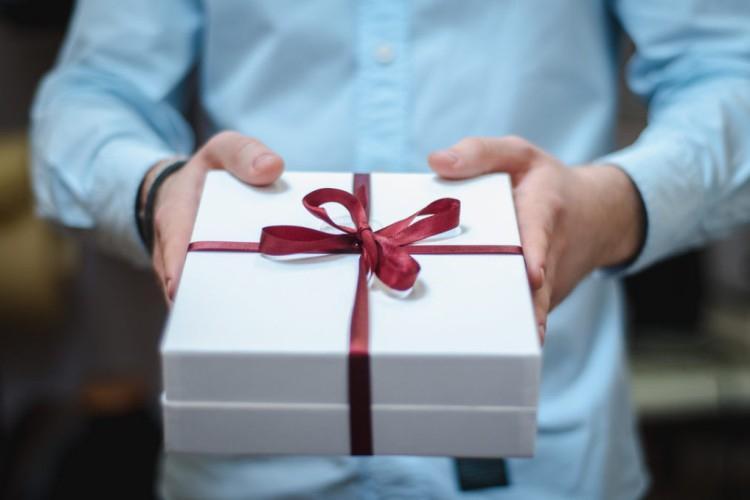 Что подарить начальнику мужчине на Новый год 2022