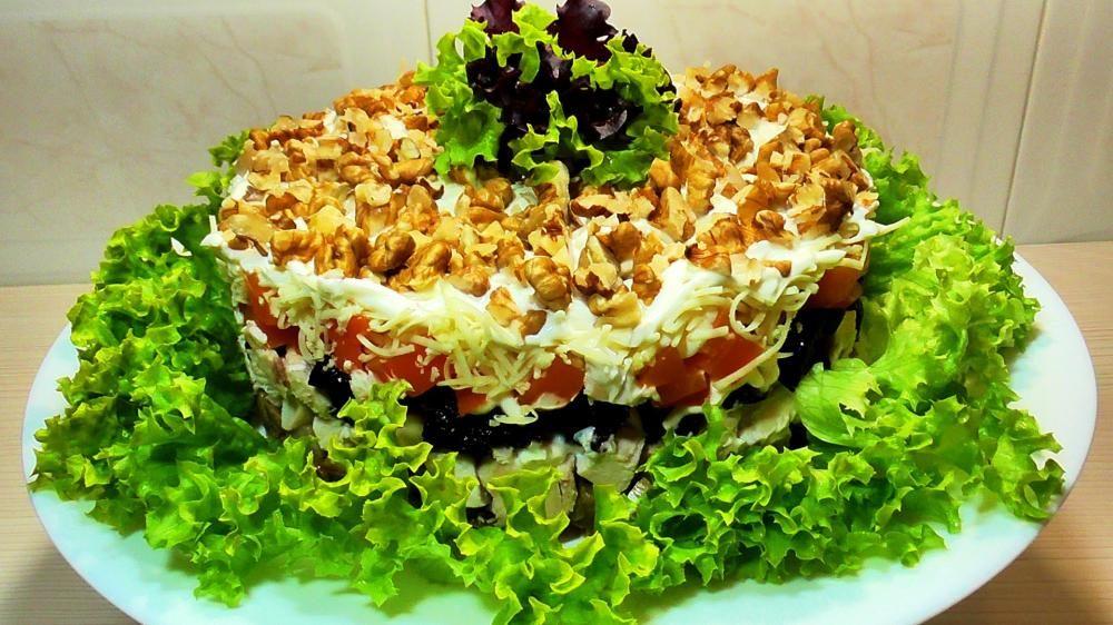 Новогодний салат с черносливом и орехами
