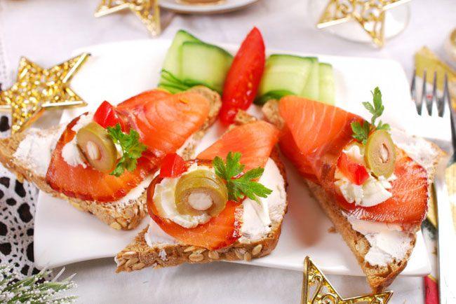 Праздничные бутерброды со слабосоленым лососем, сливочным сыром и оливками