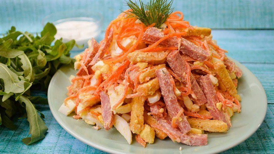 Недорогой салат с колбасой