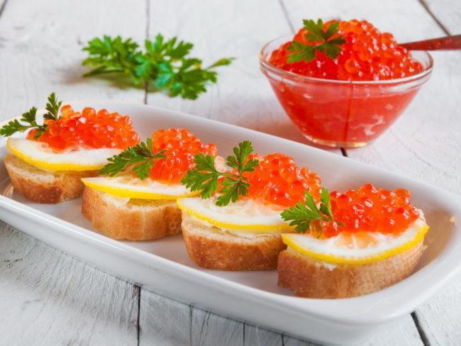 бутерброд с красной икрой и лимоном