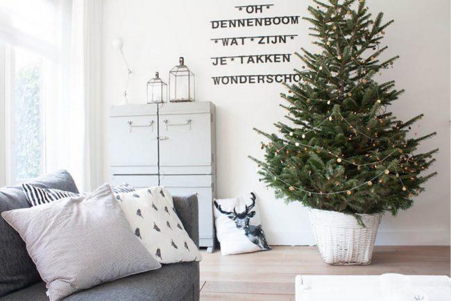 елка в интерьере комнаты