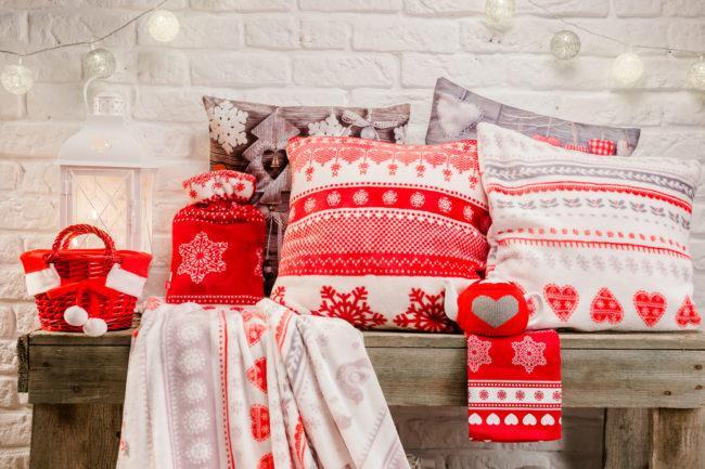 как оформить новогодний интерьер подушками