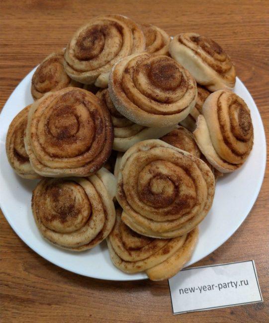 Ароматные булочки с корицей готовы