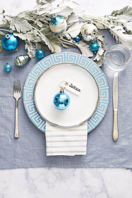 новогодний стол в голубой гамме