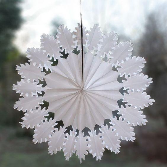 белая поделка на окно