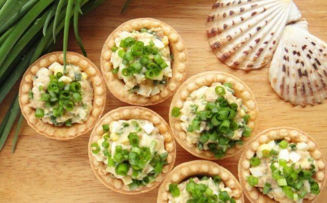 С яйцом, сыром и зеленым луком
