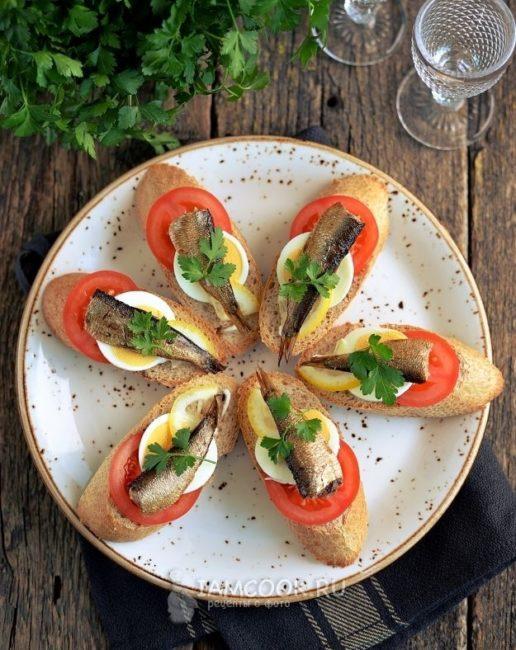 с помидорами и белым хлебом