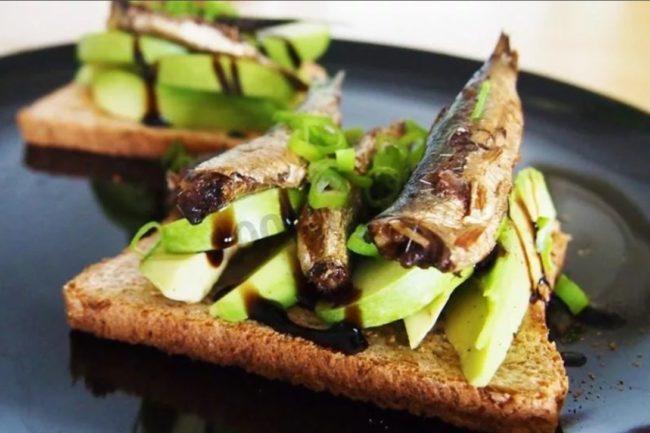 бутерброд со шпротами и авокадо