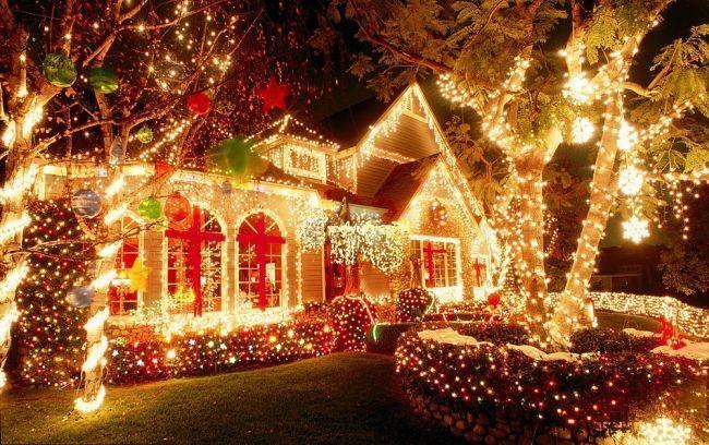 Новогоднее украшение домов снаружи, фото