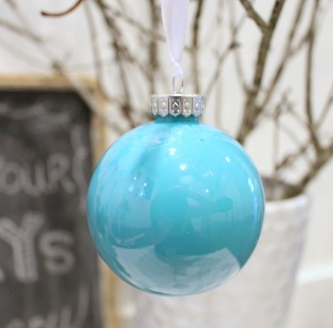 Прозрачный елочный шар с акриловой краской