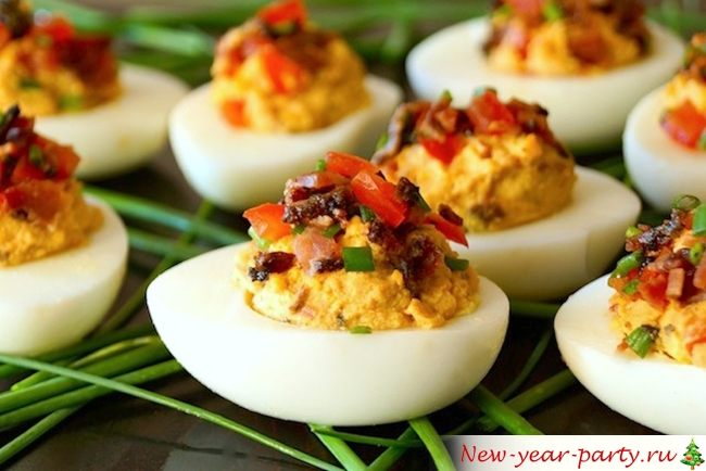 Фаршированные яйца с помидорами и беконом