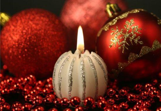 свечки и новогодние шарики