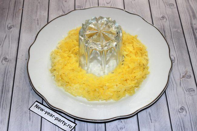 Натирается картофель для салата