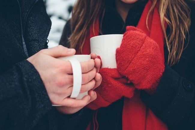 на картинке руки и кружки с чаем