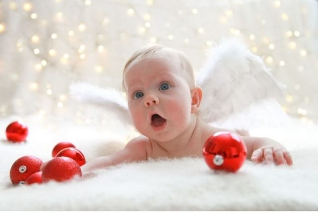 ребенок с елочными шарами