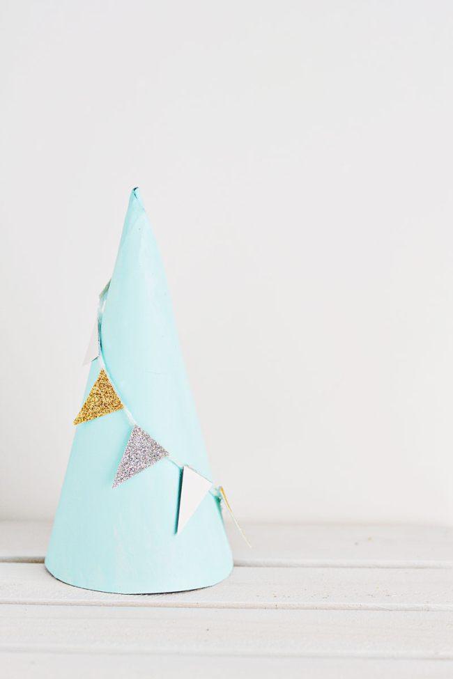 Картонная елка из конуса с гирляндой