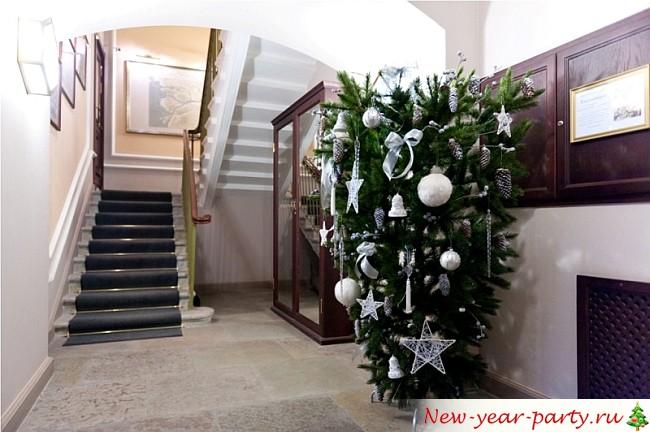 новогодняя елка под лестницей