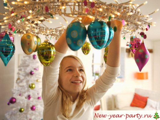 Новогодние гирлянды вешает ребенок