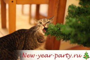 кот ест новогоднюю елку