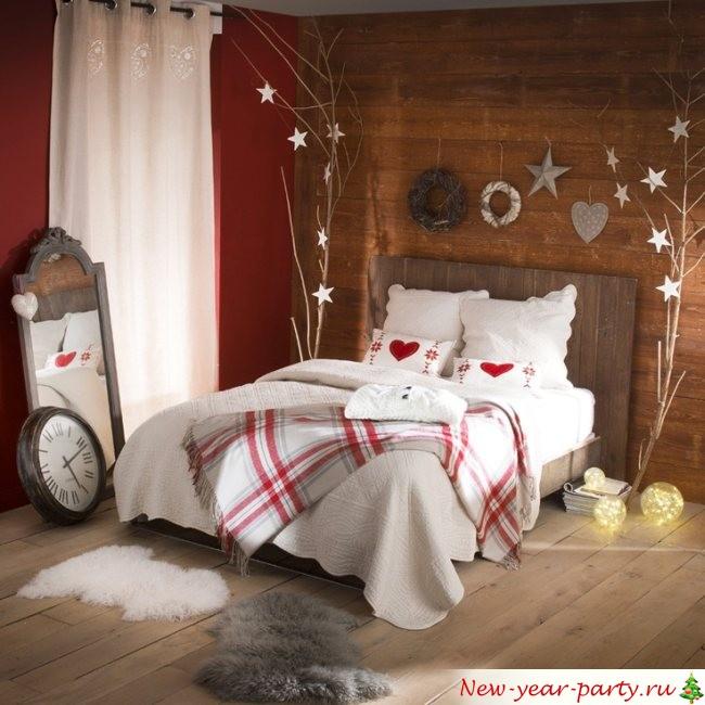 подушки и новогдний декор кровати
