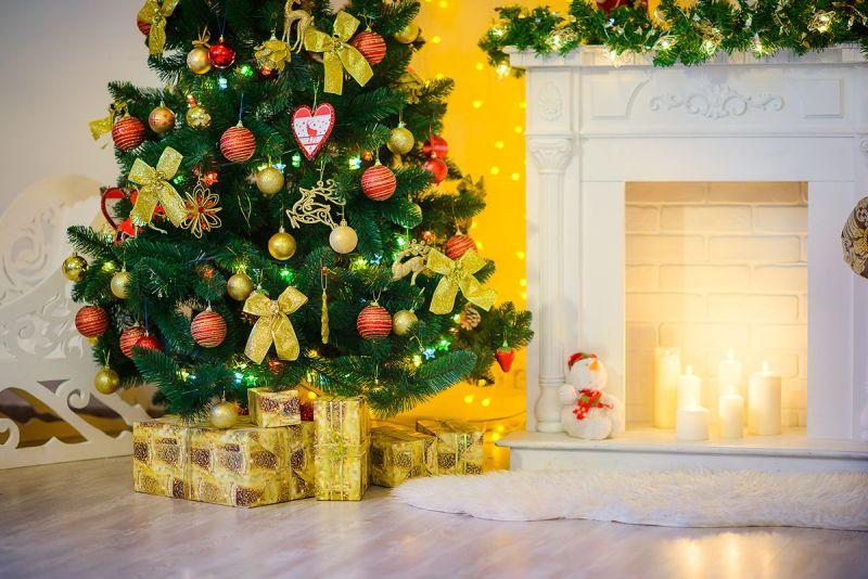 Камин и искусственные свечи - очень по-новогоднему!