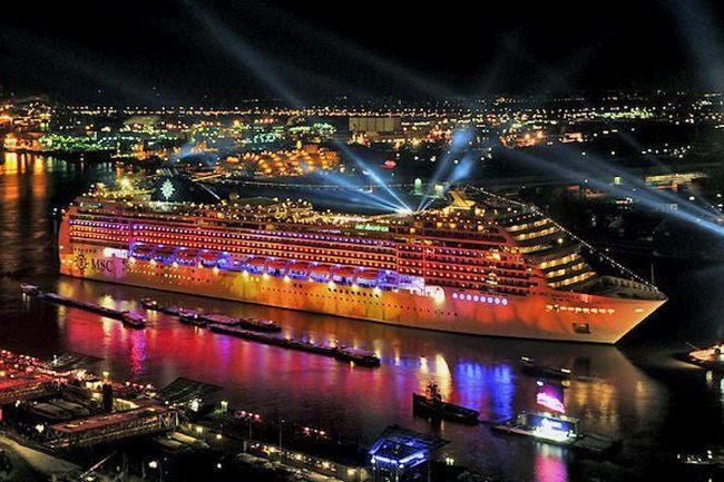 Ночной вид на лайнер.
