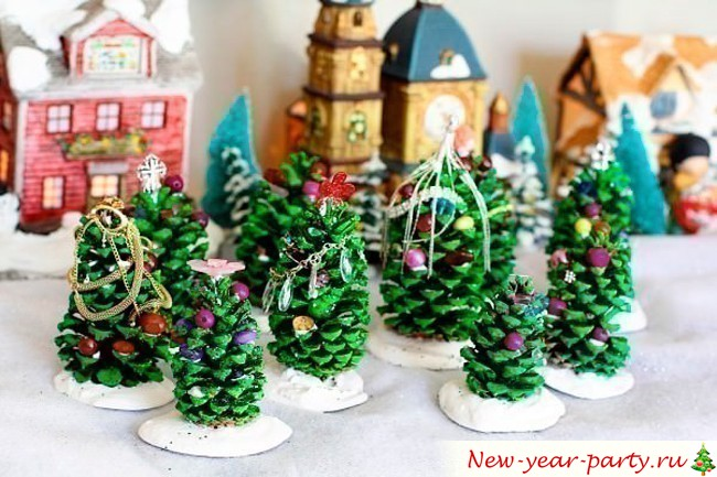 елки из природного материала