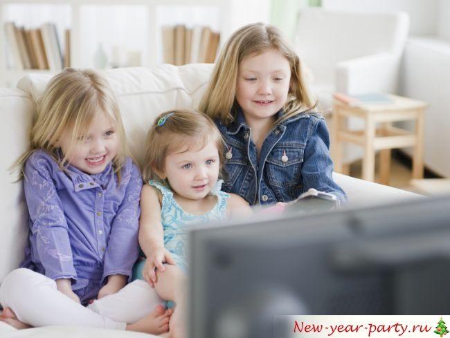 Детки смотря новогодние мультики