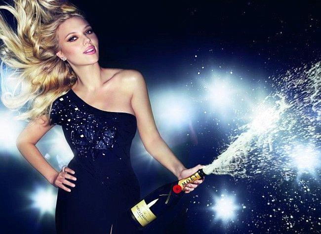 Скарлетт Йохансон открывает шампанское