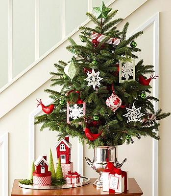 Куда поставить елку в маленькой комнате