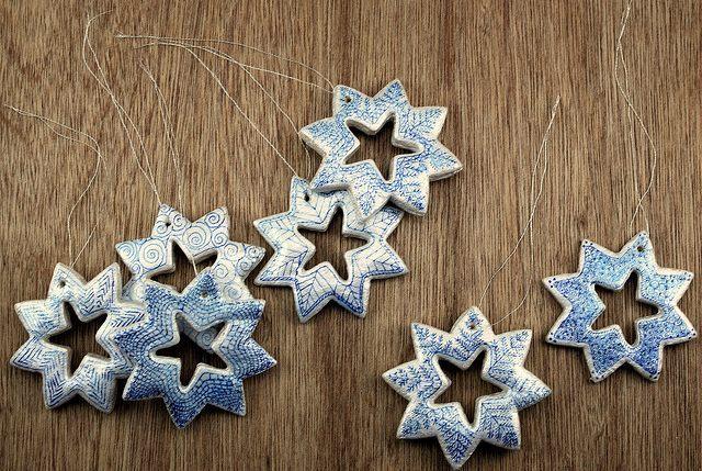 Украсьте снежинки красивыми ленточками или ниточками